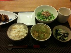 8月2日の夕飯、手羽先と水菜とシーチキンサラダもワカメとキュウリ酢の物と豆のスープ