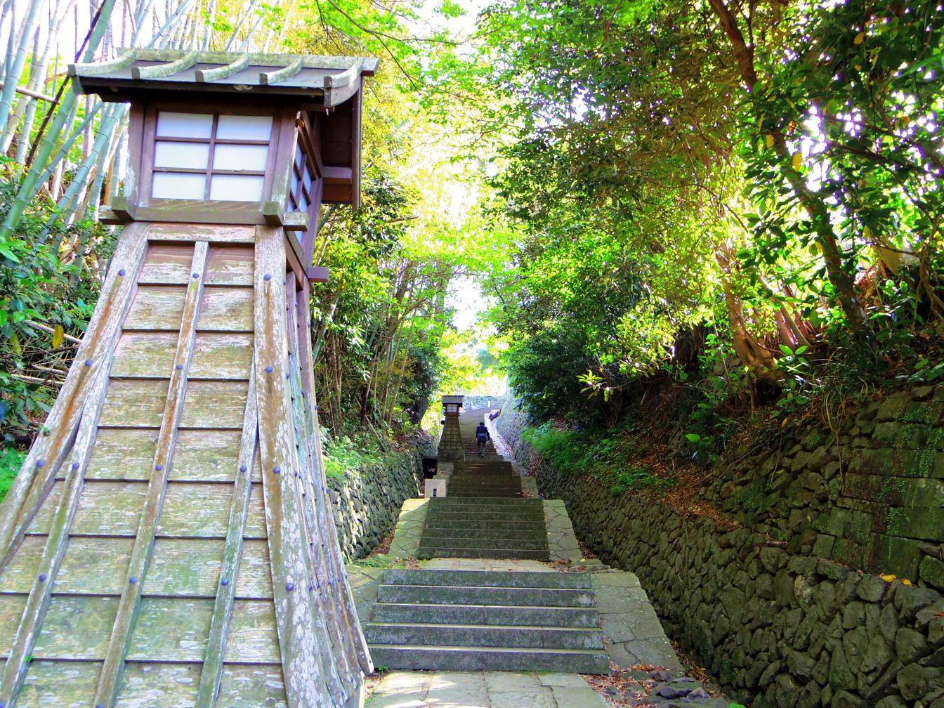 寺院と教会が見える場所のとこの坂