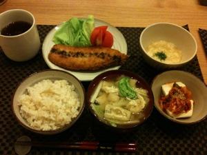 7月19日の夕飯、さんまのフライと冷奴キムチのせととろろとお味噌汁