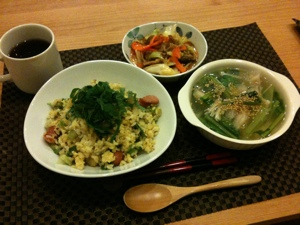8月9日の夕飯、炒飯と水餃子と豚とキャベツの味噌炒め
